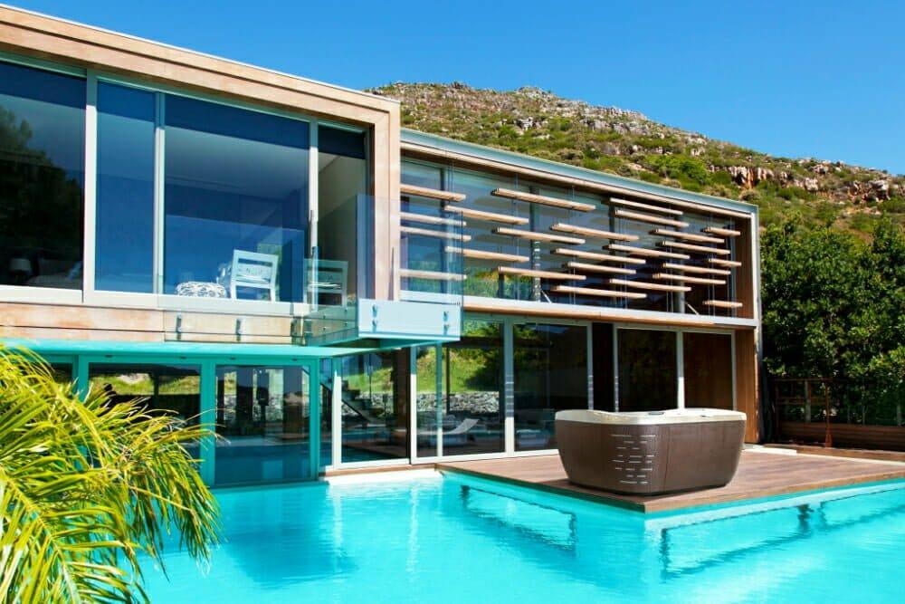 Whirlpool-Aufbau mit Kran - Jacuzzi mit Swimmingpool